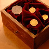 Wie gut Münzen und Medaillen erhalten sind, bestimmen Künkers Numismatiker anhand strenger und anerkannter Kriterien.
