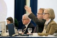 Auktionator Dr. Andreas Kaiser versteigert Münzen im Sekundentakt